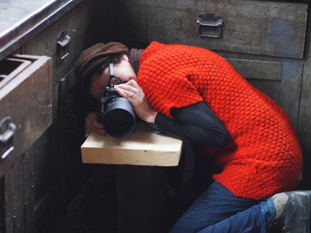 Valokuvaajan on oltava notkea tyyppi, jos hän sattuu kuvaamaan sukkia. Susa Junnola työssään.