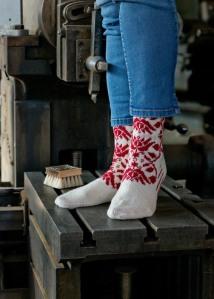 Näiden Maria-sukkien pitkä punaiset  langanjuoksut olivat tehdä minut hulluksi. Lopulta kuitenkin onnistuin tekemään ne siten, että sisäpuolella kulkevat langat eivät näy päällepäin. Kuva Puikkomaisterin sukkakirjasta / Susa Junnola, Moreeni 2015.