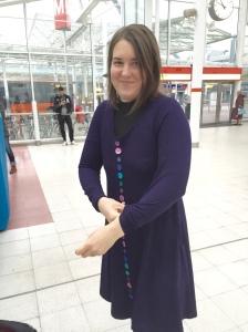 Julia vaihtaa vaatteita metroasemalla.