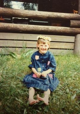 Pirkko-säärystimet ovat saaneet nimensä tyttäreltäni, joka tässä poseeraa mummolan pihalla joskus 1980-luvulla.